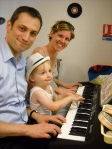 parents_et_bebe_au_piano_2013_louvresses